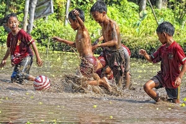 子どもたちが遊んでいる画像.jpg
